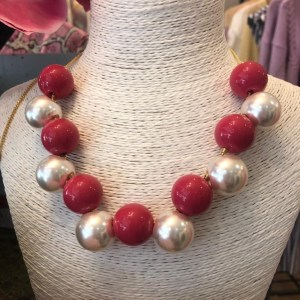 Big round beads in a dark pink and metallic silver adorn this necklace.