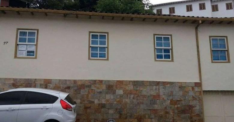 Aluga-se Casa no Centro de Ouro Preto de 03 quartos. R$ 2.000,00.