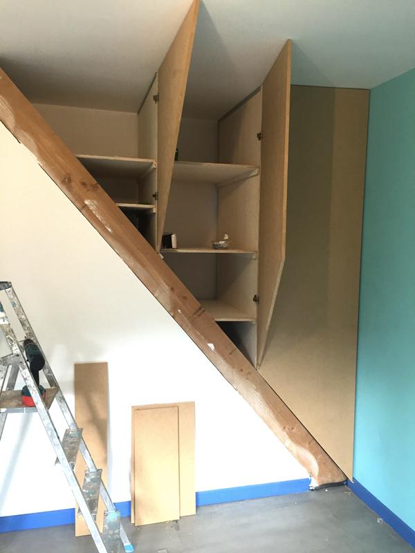 ASTUCE : Transformer une cage d\'escalier en placard | Maison de Geek