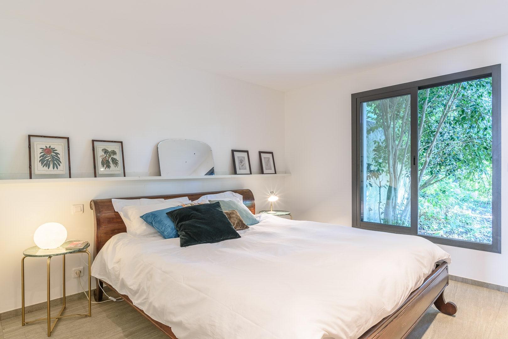EtxeXuria-Chambre forêt lit et fenêtre