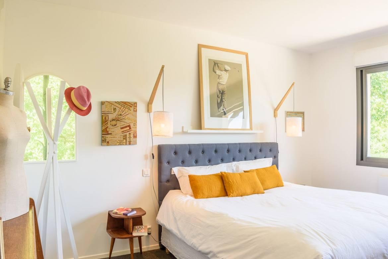 EtxeXuria-chambre parentale lit et fenêtre arrondie