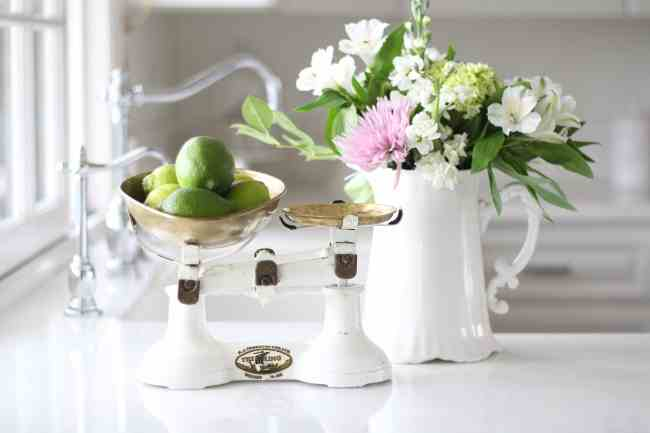 decorating-flowers-white-kitchen