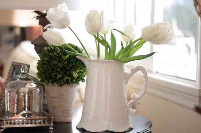 white-tulips-decorating-flowers