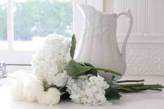 white-hydrangeas-kitchen-decorating-flowers