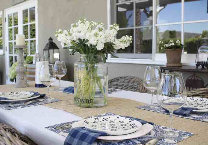 simple-summer-blue-and-white-tablescape-10