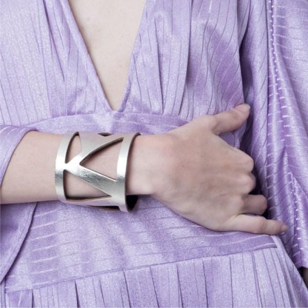 Brazalete Metric de cuero metalizado Dorado claro, sobre modelo. Maison Domecq