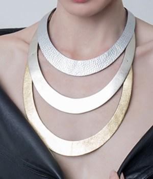 collar de cuero largo, aros cuero, brazalete de cuero, joyería contemporánea, uso urbano, mujer, aros, diseño argentino