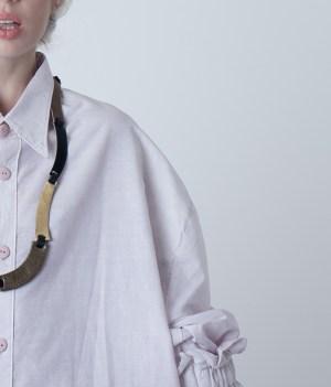 collar de cuero largo, joyería contemporánea, uso urbano, mujer, diseño argentino