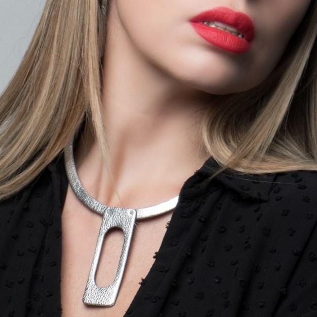 collar corto Thea de cuero metalizado plateado Maison Domecq