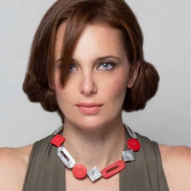 Collar Twiggy corto de cuero en color rojo-plateado en modelo.