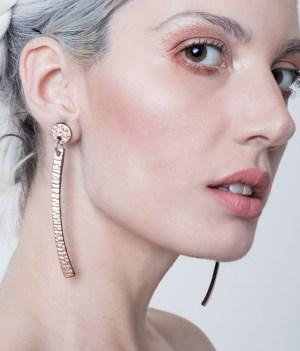 aros largos de cuero Ivi de cuero metalizado cobre sobre modelo. Maison Domecq.