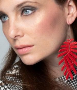 Aros largos de cuero rojo sobre modelo. maison domecq