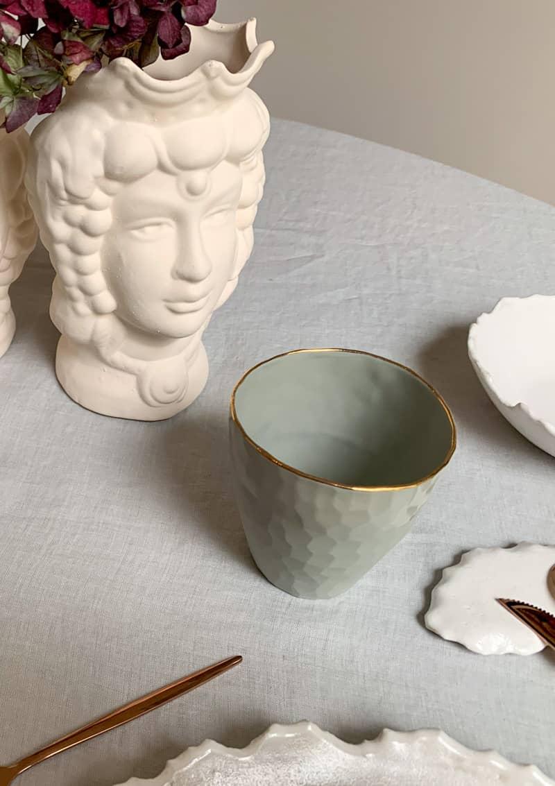 set de gobelets en porcelaine blanche ou grise avec bordure doree