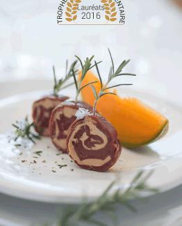 De fines tranches de magrets de canard fumés enroulées avec 36 % de Foie Gras français.