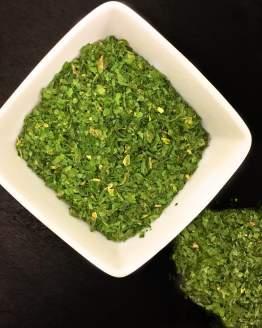 Le persil est couramment utilisé en cuisine pour ses feuilles très divisées