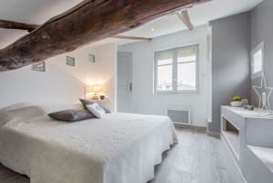 Bedroom view with wooden beans of the holiday rental guest house in Aix en Provence