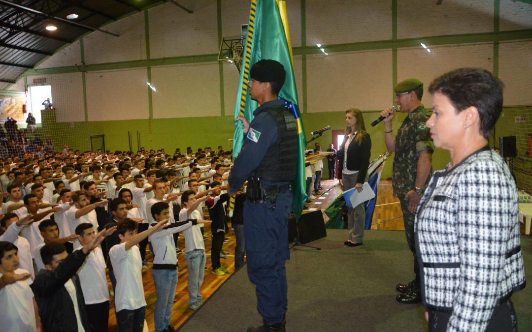 Certificados de dispensa de incorporação do Serviço Militar são entregues aos jovens de Pinhais