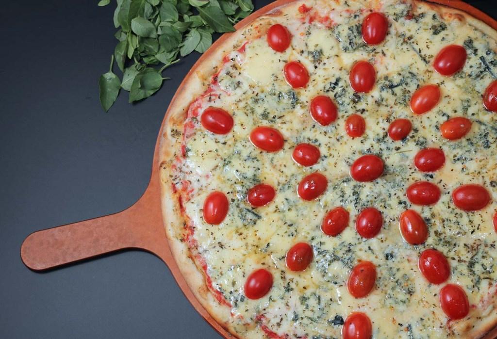 Gorgonzola com Tomate Cereja Mussarela, gorgonzola e tomate cereja.