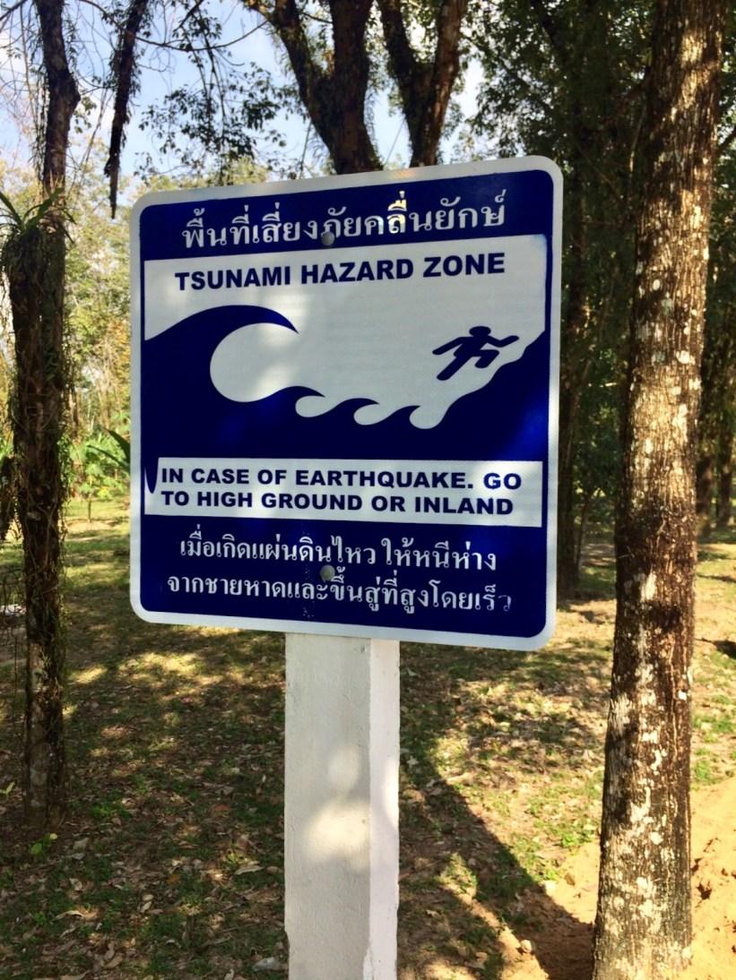 ZONA DE PERIGO DE TSUNAMI. Em caso de terremoto, vá para terreno alto ou em direção ao interior.