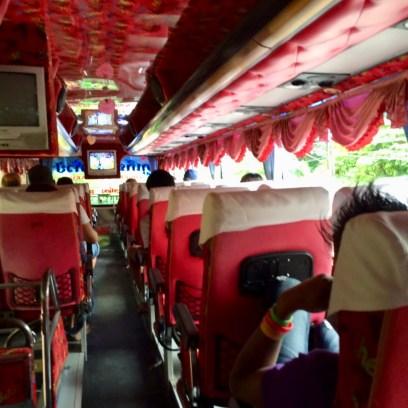 Ônibus intermunicipal na Tailândia