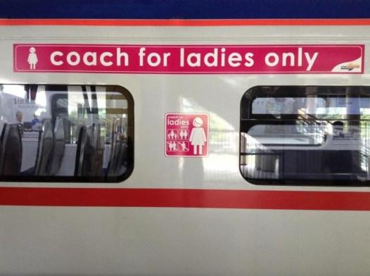 Vagão reservado somente para mulheres no metrô de Kuala Lumpur