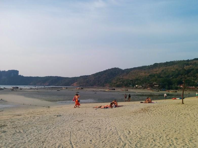 Praia Loh Dalum Beach em Koh Phi Phi Don, Tailândia