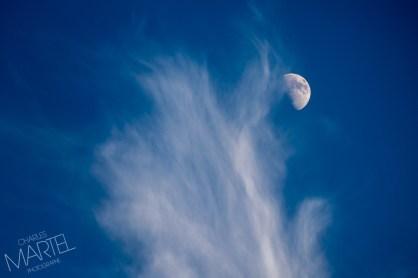 Lune et nuages sur un ciel bleu foncé