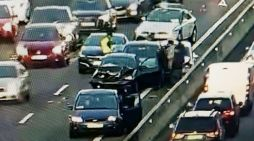 """Masivas quejas por el accidente múltiple y el """"efecto mirón"""" tras el monumental atasco en la A-6 (El Plantío)"""