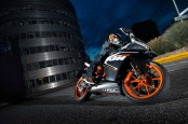 2014-KTM-RC125-In-Action_7
