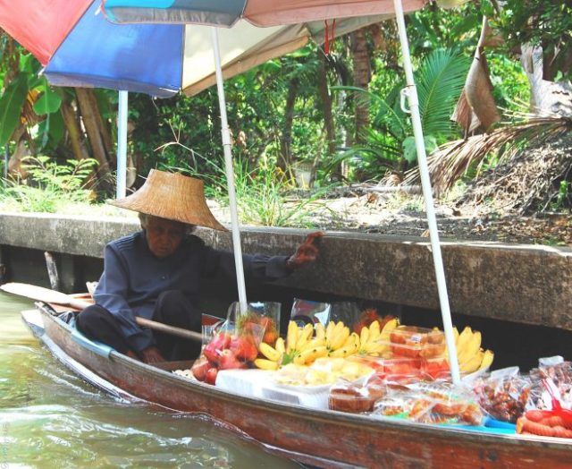damnoen saduak floating market lady selling fruit