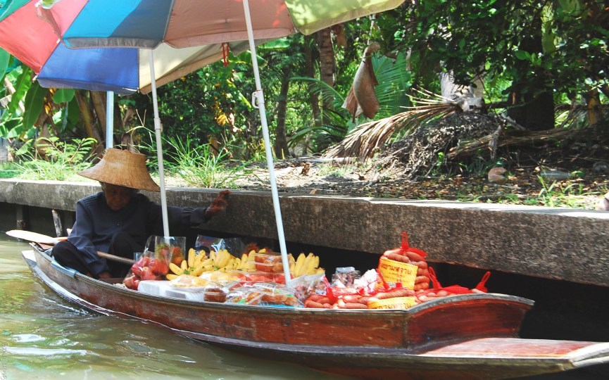 5 Things You Should Know About Pitfalls of Travelling- floating market