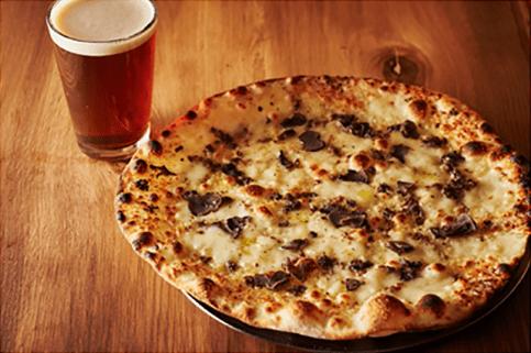 トリュフのピッツア(1,580円)とクラフトビール