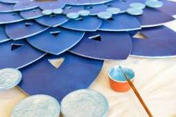 Painting the edges, first in pearl then the same luminous turquoise as the dots.