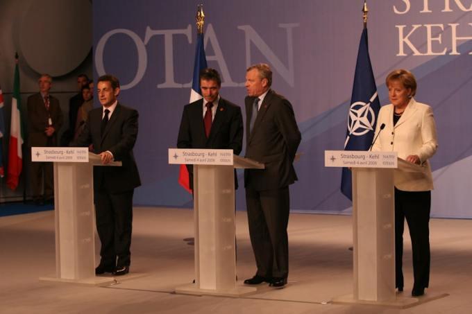 """Sommet de l'Organisation du TraitŽ de l'Atlantique Nord ( OTAN ), et des 60ans d""""existence de l'organisation. Ë Strasbourg et Baden-Baden en Alemagne. En prŽsence des 28 Chefs d'ƒtats, accompagnŽ de leurs ministres de la DŽfense respectif. Et de la rŽintŽgration de la Fance au sein de l'OTAN. DŽcision prise par le PrŽsident de la RŽpublique M. Nicolas Zarkozy. Du 3 au 4 avril 2009. ( Mots clŽs : sommet, rŽunion, OTAN, Europe, sŽcuritŽ, rŽintŽgration, France, Stasbourg,"""