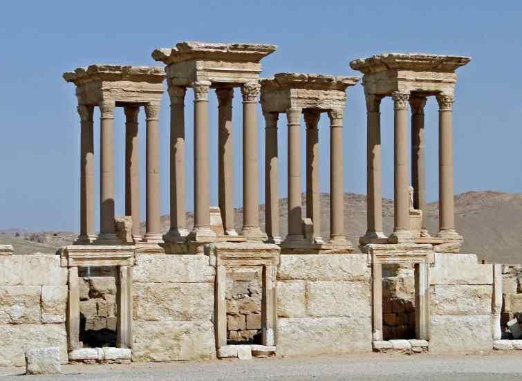 Dans quelle ville l'EI a repris la destruction des trésors archéologiques ?