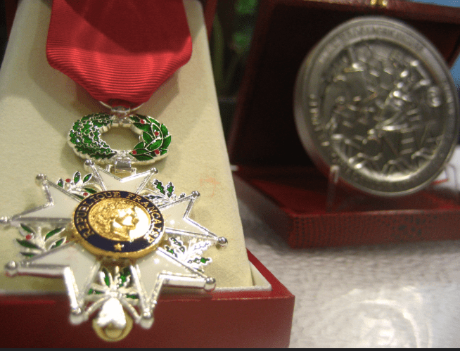 Qui a rendu sa Légion d'honneur à la France ?