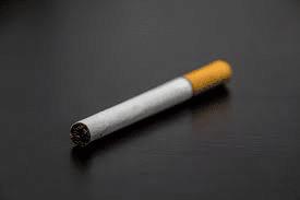 En France, tous les paquets de cigarettes ont désormais un étiquetage unique.