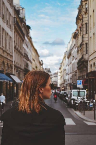 Je vois cette fille de l'autre côté de la rue.
