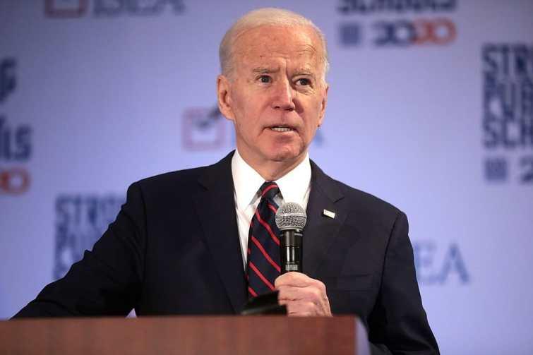 Joe Biden souhaite tenir à tout prix une de ses promesses de campagnes et vient de suspendre une pratique relancée par Trump à la fin de son mandat. Quel est cet engagement ?