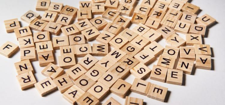 20 verbes et expressions pour parler d'un article en espagnol