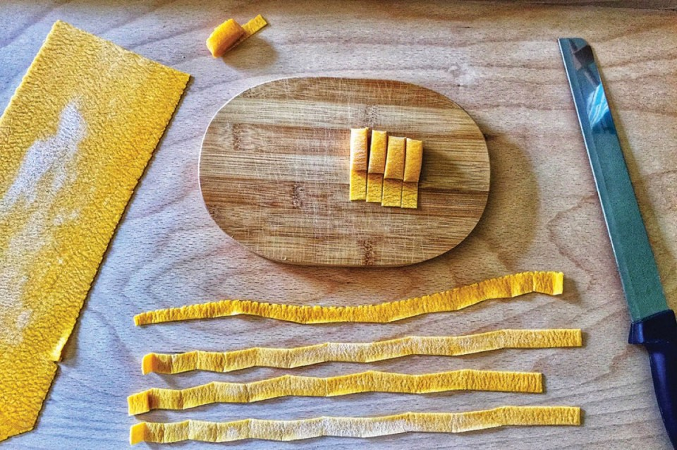 Cutting pasta cooking class in venice italy