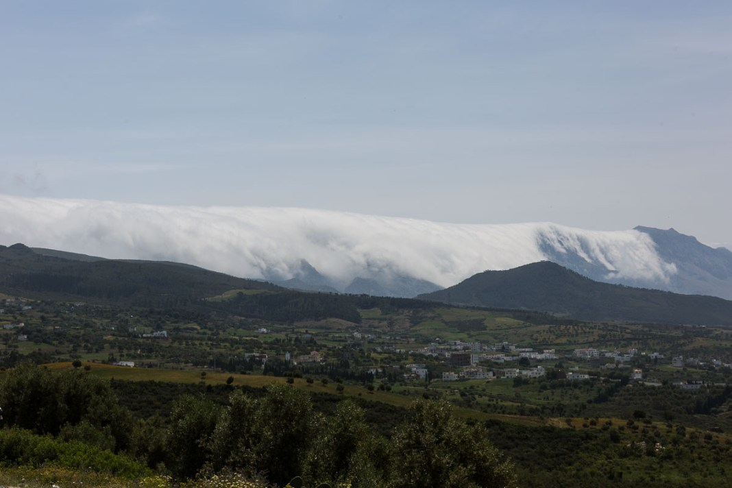 Imposant zu beobachten, wie die Wolken über die Berge des Rifgebirges hinunterstürzen