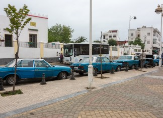 Die blauen Taxis sind überall in Marokko zu finden. Meistens hält die blaue Farbe das Fahrzeug noch zusammen ...