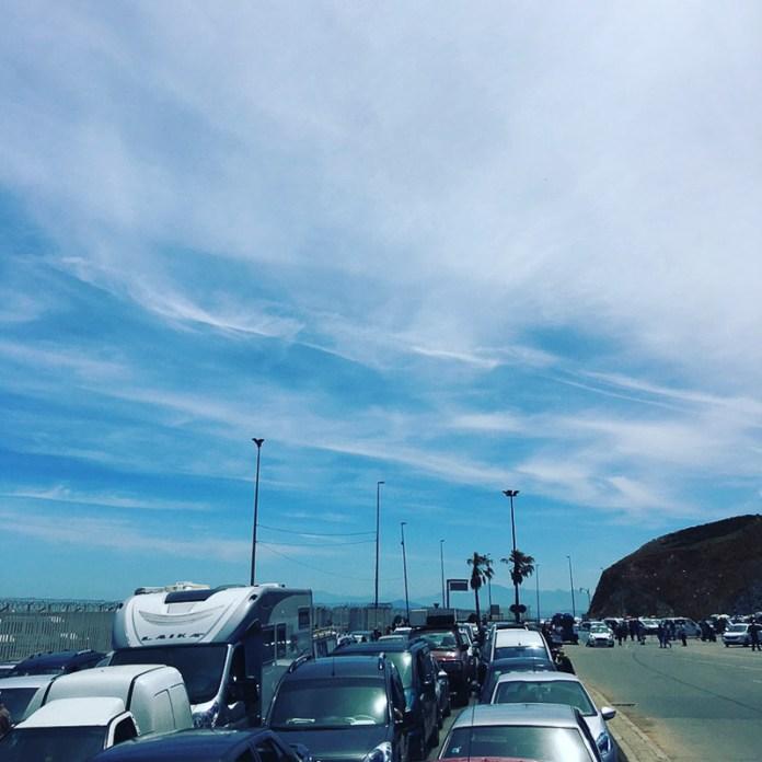 Eine Schlange an der Grenze Ceuta so weit das Auge reicht