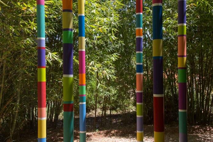 Auch die Stämme von Bäumen und Gräsern werden hier farbig gestaltet