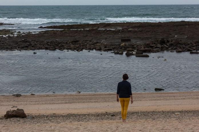 Es ist Ebbe, deshalb schauen die Felsen aus dem Wasser