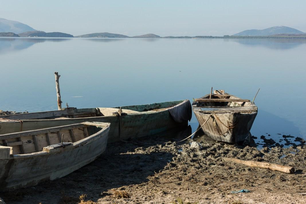 Fischerboote in der Lagune von Karavasta