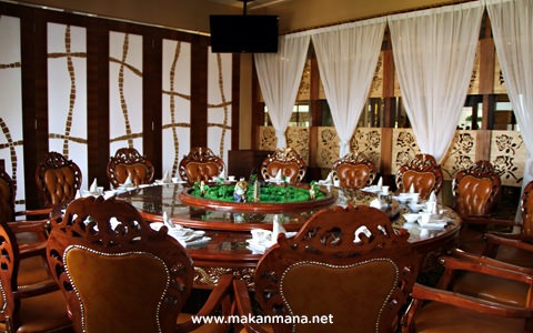 Private dining room with huge table Golden Dragon