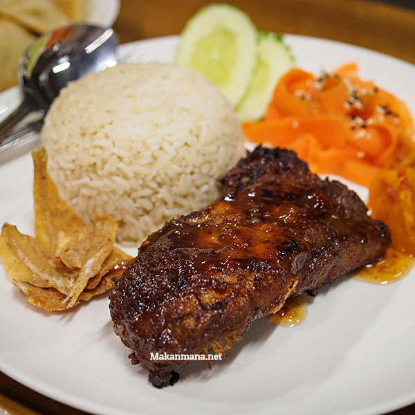 Grilled Vietnamese spare ribs on rice (38rb)