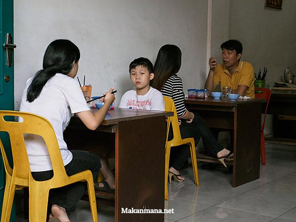 Meja makan, atau meja belajar?